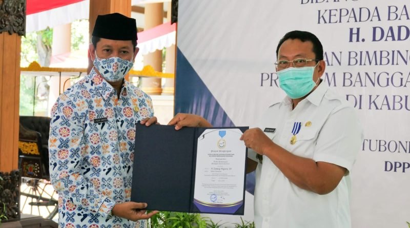 Kepala Perwakilan BKKBN Provinsi Jawa Timur, Bapak Sukaryo Teguh Menyerahkan Tanda Penghargaan Manggala Karya Kencana Kepada Bupati Situbondo di Pendopo Kabuoaten Situbondo